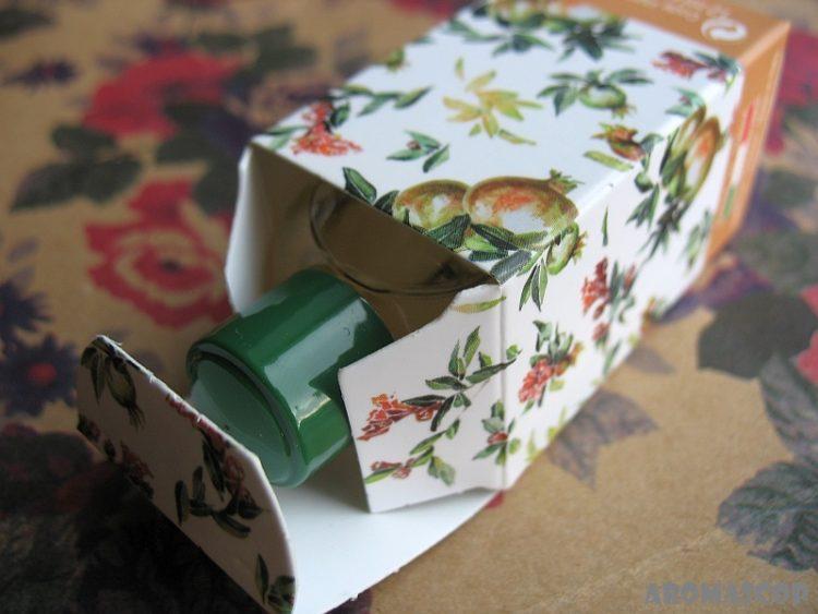 открытая коробка с парфюмерным маслом